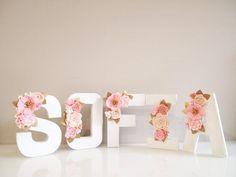 uno de una clase y único Kirei de carta floral hecho a mano a mano sólo para ti. En posición plana, apoyarse contra la pared o colgar en pared. Carta floral con flores de fieltro en un estilo agrupado. Letra está hecha de papel maché, ligero y pintado a mano en blanco, aproximadamente 21,5 cm (8 pulgadas) de altura. Adornado con flores de fieltro hechas a mano. Elegir una A (mayúscula) del alfabeto - Z o número de 1-0 o deletrear palabras ni nombres. Por favor deje una nota de su letra o