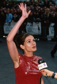 Julia Roberts shows off her hairy armpits at the 1999 Notting Hill premiere