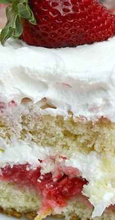 This easy strawberry shortcake recipe is a must have during the summer months. A fluffy cake layered with strawberry syrup and topped with whipped cream! Homemade Strawberry Cake, Strawberry Shortcake Recipes, Strawberry Cake Recipes, Köstliche Desserts, Summer Desserts, Delicious Desserts, Dessert Recipes, Baking Recipes, Yummy Food