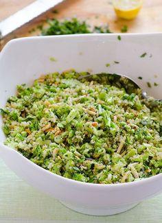 Brócoli Ensalada de la quinoa Receta - Una ensalada de comida con variedad de hierbas y almendras tostadas.  cena a la luz esperando en la nevera .: