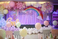 cute stage set up with pastel organic balloons and Hot air balloon cake stand Hot Air Balloon Cake, Balloon Party, Balloon Stands, Party Themes, Theme Ideas, Stage Set, Otaku, Balloons, Pastel