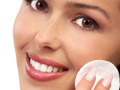 Sí vas a salir y necesitas refrescar la piel de tu rostro, te dejamos un truco muy sencillo: con una bolita de algodón mojada en loción tonificante o agua mineral, presiona la piel con un movimiento firme y rápido.