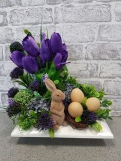 Purple tulip with bunny for Easter centerpiece. Purple tulip with bunny for Easter centerpiece. Easter Flower Arrangements, Easter Flowers, Floral Arrangements, Easter Table Decorations, Easter Centerpiece, Easter Decor, Easter 2018, Diy Ostern, Purple Tulips