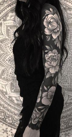 Diese auffälligen soliden schwarzen Tattoos machen Lust auf All-In-KickAss-Ding. These eye-catching solid black tattoos make you want all-in-KickAss things - blackout tattoo ideas © tattoo artist Sean Hall 💟🌹💟🌹💟🌹💟 - # conspicuous ideas man Full Arm Sleeve Tattoo, Black Sleeve Tattoo, Black Tattoo Cover Up, Solid Black Tattoo, Cover Up Tattoos, Black Tattoos, Body Art Tattoos, Tattoo Sleeves, Black Flower Tattoos