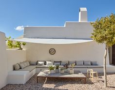 Logement entier à Ibiza, ES. A breathtaking, contemporary finca, in a private estate set on the top of a mountain outside Santa Gertrudis. Set in metres squared, only 4 mins from Santa Gertrudis and 10 mins from Ibiza town . Outdoor Seating, Outdoor Spaces, Outdoor Living, Outdoor Decor, Porch And Terrace, Terrace Garden, Built In Seating, Backyard Patio, Exterior Design
