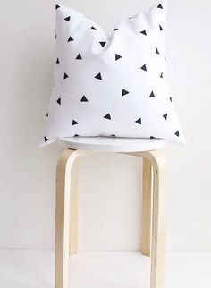 minimal decor triangle pillowmonochrome by COLASHOME on Etsy Diy Cushion Covers, Cushion Pads, Baby Decor, Kids Decor, Home Decor, Diy Pillows, Decorative Pillows, Scandi Home, Arquitetura