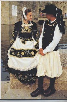 Pays de Quimper  Costumes du pays de Quimper de la fin du 19e - Les vêtements richement brodés sont l'apanage des paysannes aisées qui pouvaient payer un prix élevé. Ils étaient transmis dans la famille qui les portait à leur tour.