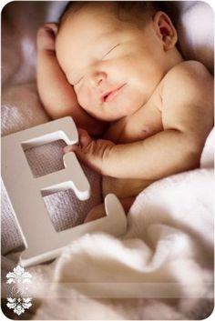 Maak een foto van je baby met de eerste letter van zijn/haar naam van hout en maak hier een geboortekaartje van.