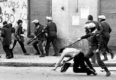 14 de diciembre de 1979 Miembros de la Policía Nacional cargan contra unos jóvenes en el paseo de Embajadores de Madrid, en las protestas tras la muerte de dos estudiantes, Emilio Martínez y José Luís Montañés, por disparos de la policía en la Ronda de Valencia el día anterior, durante la manifestación contra el Estatuto de los Trabajadores.  BERNARDO PÉREZ