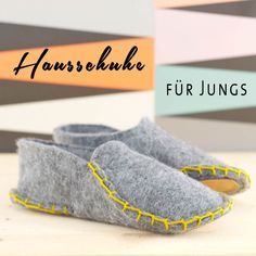 Make these cozy one piece felt slippers in just a few steps. Sewing For Kids, Baby Sewing, Diy For Kids, Cool Kids, Felted Slippers, Crochet Slippers, Slipper Boots, Felt Diy, Ciabatta