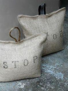Stop ist auf diesen Türstopper Sack geschrieben als Sackleinen angefertigt