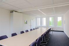 Raum Rahlstedt:    Dieser 56 qm große Konferenzraum ist durch eine Trennwand in zwei kleinere Räume (26 qm und 30 qm) abteilbar und für insgesamt ca. 46 Personen geeignet.