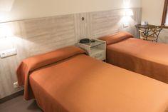 Habitación doble de dos camas, con baño privado, exterior y luminosa, Tv plan, teléfono,  mesa y silla. #gijon #hotelescentrogijon