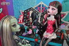 Friends #frankiestein #draculaura #monsterhigh #mh #monsterdoll #monsterhighdoll #monsterhighdolls #Mattel #dollmonster #monsterhighphotography #mhdoll  #dollphotography #mhphoto #dollcollector #toycollector #barbiedoll #doll #dolls #girl #girlie #monster_high #dollinstagram #cute #sweet #ghoul #dollstagram #dg by weltderpuppen