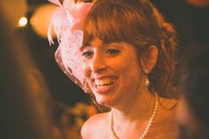 Casamento ao ar livre temático vintage rock and roll. Sítio. Lanterna. Amarelo. Laranja. Rústico, Moda, Retrô, Luzes. Chapéu, casquete. Vestido noiva diferente, Música, dança.