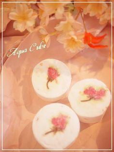 トップに桜の花を飾り、バスボムの生地にはローズソルトを混ぜ込んだ、さくら色いっぱいのバスボムです。香りは春をイメージするフローラルな香りお花見気分のバスタイム...|ハンドメイド、手作り、手仕事品の通販・販売・購入ならCreema。