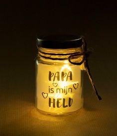 Wat bijzonder om te geven of te hebben! Dit potje bevat de lieve tekst PAPA IS MIJN HELD. Daarnaast zit er een klein snoertje met led lampjes in. Als je de lichtjes aan doet, komen er door de structuur van de folie met de tekst, sterretjes tevoorschijn. Het potje koop je inclusief de batterijen. Het potje is 8,5 cm hoog. Als extra decoratie zit er om het potje een jute touwtje met daaraan een hartje van hout. Candle Jars, Candles, Little Star, Hold On, Stars, Led, Madness, Naruto Sad, Candy