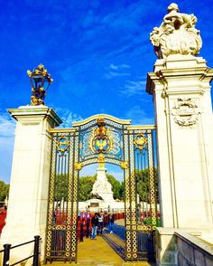 Blue sky London! A Good Morning at Buckingham Palace #london #thisislondon #blue #sky #history #royal #england #uk #british #buckinghampalace #gold #landmark #instalondon #instagood #photooftheday #follow4follow #like4like #picoftheday #travel #cityscape #kobophotography by kobophotography