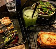 Domingo sanote en @magasand Bueno los sandwiches no se si cuentan como detox pero lo compensamos con el zumo y la ensalada...