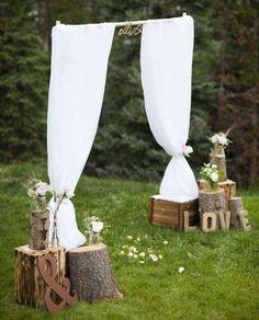 Rideaux, rondins de bois et caisses en bois pour une cérémonie rustique chic