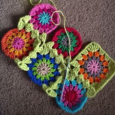 Continuous join as you go granny square blanket Knit Or Crochet, Learn To Crochet, Crochet Motif, Crochet Crafts, Yarn Crafts, Crochet Stitches, Crochet Projects, Crochet Patterns, Crochet Circles