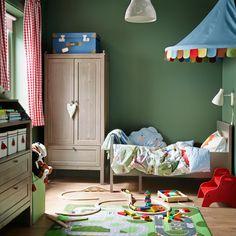 Ein Kinderzimmer mit einem ausziehbaren Bett, SUNDVIK Kleiderschrank in Graubraun und einer Kommode