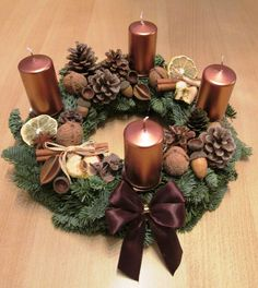přírodní adventní věnec Christmas Advent Wreath, Christmas Candle Decorations, Christmas Flower Arrangements, Christmas Tree Design, Christmas Flowers, Christmas Candles, Christmas Time, Christmas Crafts, Christmas Planning