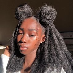 Brides dream about finding the most suitable wedding ceremony, but for this they require the ideal bridal gown, with the bridesmaid's outfits enhancing the brides dress. These are a number of ideas on wedding dresses. Baddie Hairstyles, Cool Hairstyles, 4c Natural Hairstyles, Black Hairstyles, Weave Hairstyles, Cabelo Natural 3c, Dark Skin Beauty, Hair Beauty, Curly Hair Styles