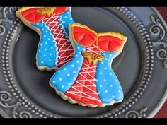I made Wonder Woman Corset Cookies, in this tutorial I show you step by step how to make these superhero cookies using a corset cookie cutter. Crown Cookies, Fancy Cookies, Iced Cookies, Royal Icing Cookies, Heart Cookies, Sugar Cookies, Iron Man Birthday, Wonder Woman Birthday, Wonder Woman Party