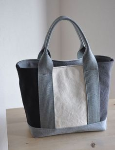 Size: x x (size indication: height x bottom width x bottom gusset) Material: Canvas color: Multi (… - fabriccraftsBlanket fabriccraftsEaster Patchwork Bags, Quilted Bag, Bag Quilt, Diy Sac, Diy Tote Bag, Bag Patterns To Sew, Linen Bag, Simple Bags, Denim Bag