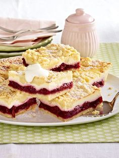 Knusper, Knusper, Knäuschen: 25 köstliche Streuselkuchen Rezepte Why do we love streusel cake? Because of the crunchy crumble, the juicy soil and the creamy filling. Easy Vanilla Cake Recipe, Easy Cake Recipes, Sweet Recipes, Baking Recipes, Dessert Recipes, Brownie Recipes, German Baking, German Desserts, Sweet Bakery