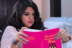 Selena Gomes très concentrée. Attention à la page 69 d'(Au secours), J'veux pas avoir 30 ans...