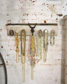 shabby chic schlafzimmer wanddeko vintage garderobe perlenketten