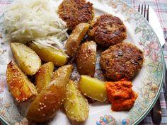 Isabels sicher köstliches Mittagessen: Sesam- Backofenkartoffeln, Gemüsebratlinge und Kohlrabirohkost, dazu für die Schärfe Ajvar.