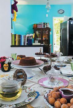 Na cozinha integrada, livros de culinária indicam a leitura preferida de Juliana. Sobre a toalha bordada (Rosa Amélia Zavatti Antiguidades), o chá tem sabor de hortelã colhida no quintal.