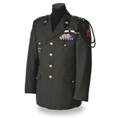 Het Dagelijks Tenue dat Marco Kroon droeg toen hij zijn MWO uitgereikt kreeg en tot ridder werd geslagen: Op de schouders de drie sterren van een kapitein; op de revers de kraagemblemen van het Korps Commandotroepen (KCT)