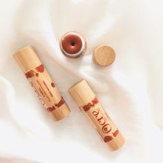 El labial natural de tono rojo suave y de duración larga. Viene en un hermoso envase de guadua. Este labial a base arcillas rojas, ocre rojo y el aceite de coco y cera de abeja hidrata los labios de forma instantánea con una textura ligera que se desliza suavemente sobre los labios aportando un color o un brillo duradero.