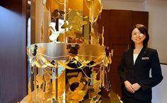 L'albero di Natale più costoso al mondo in oro con personaggi della Disney a Tokyo