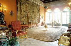 El salón largo que se utiliza en las grandes celebracion destaca el impresionante tapiz flamenco del siglo XVI y el mobiliario ranacentista y barroco.