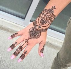Henna tattoos While traditional mehndi is synonymous with Indian weddings, many modern Indian brides have started opting for contempo. Henna Hand Designs, Henna Tattoo Designs, Bridal Henna Designs, Beautiful Henna Designs, Mehndi Designs, Bridal Mehndi, Indian Bridal, Beautiful Beautiful, Henna Tattoo Hand