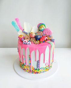 This cake! Omg! _ #ivyandstonecakedesign#buttercream#lollies#candy#candyland#cake#sweetmagazine#cakeporm
