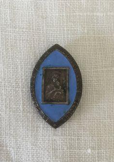 french vintage Small Religious blue enamail Pin Holy Virgin and Jesus de la boutique VintagedeFrance sur Etsy