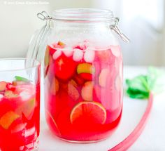 zelfgemaakte limonade van rabarber en aardbeien