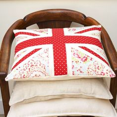 Add a patriotic touch to plain cushion pads with this gorgeous union jack floral design. Union Jack Pillow, Union Jack Cushions, Plain Cushions, Cushions To Make, Decorative Cushions, Cushion Pads, Cushion Covers, Pillow Covers, New Crafts