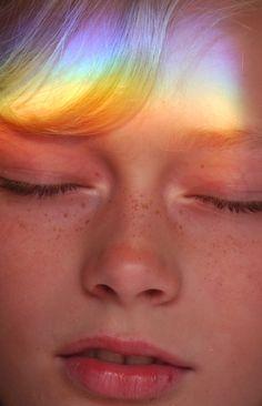 petra bring rainbow crystal light on your face Rainbow Light, Over The Rainbow, Rainbow Prism, Rainbow Face, Rainbow Cloud, Monsieur Madame, Foto Art, Glamour, Poses
