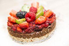(10 porcií / priemer 30 cm) Suroviny: Korpus:400 gramovnasekaných orechov (druh si zvolíte, orechy nesmú byť rozomleté), 6-8 datlí (alebo sušených sliviek, či sušených marhúľ alebo akékoľvek sušené ovocie, čo máte radi ). Ak je ovocie tvrdé, treba ho namočiť pred použitím. Ďalej budeme potrebovať 4 polievkové lyžice agáve sirup (alebo javorový sirup, či čučoriedkový …