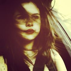 Selena Gomez uploaded a sexy selfie with the wind blowing through her hair on March A master hairstylist spills on how to keep your hair gorgeous without any frizz! Selena Selena, Fotos Selena Gomez, Selena Gomez Tumblr, Estilo Selena Gomez, Selena Gomez Pictures, Alex Russo, Justin Bieber, Making My Way Downtown, Static Hair