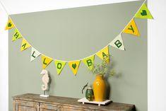 Natuurlijk vieren we de geboorte van een nieuwe wereldburger. Maak deze vlaggenlijn, geef 'm cadeau of hang het op een mooie, opvallende plek in huis! Quilt, Tapestry, Baby, Home Decor, Accessories, Quilt Cover, Hanging Tapestry, Tapestries, Decoration Home
