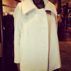Abrigos blancos, me encantan y a vosotras ? #mariacolomo #otoño