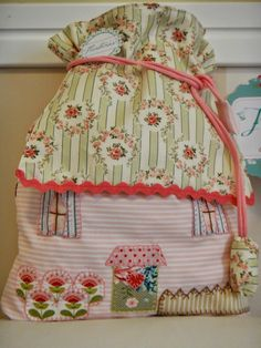 FLORITURAS By Gara Fabric Purses, Fabric Bags, Sewing Machine Projects, Zipper Pouch Tutorial, House Quilts, Coin Bag, Zipper Bags, Drawstring Bags, Gift Ideas